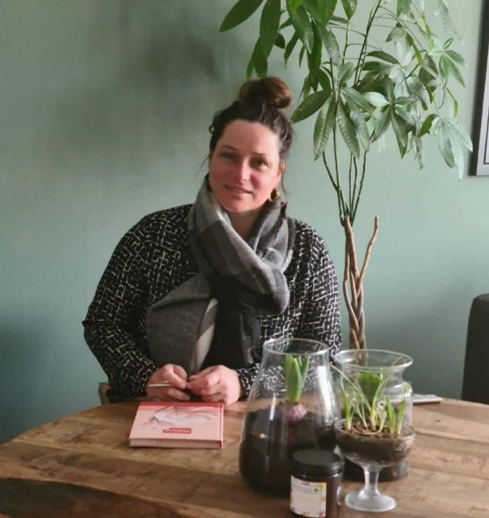 Louise den Hoed (oprichter Held Coaching) zit aan tafel